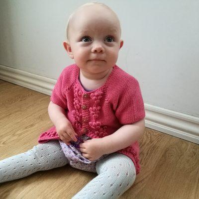 Strikke opskrift på Dagmar cardigan med korte eller lange ærmer til barn og baby