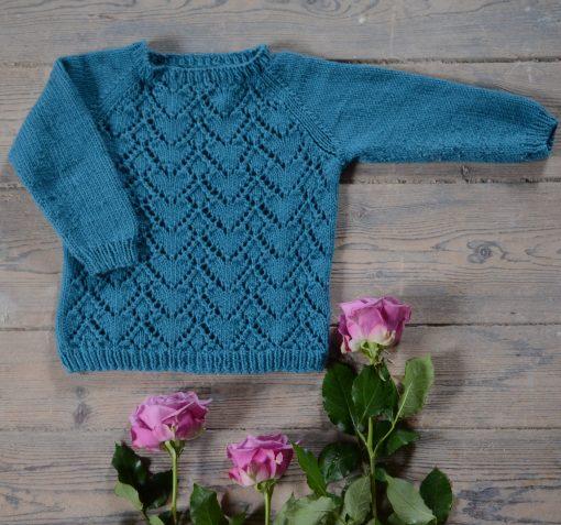 Strikke opskrift på Esther blusen med hjerte hulmønster til barn og baby
