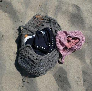 Strikket strandnet og indkøbsket til børn og voksne